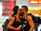 Belo e Gracyanne Barbosa trocam carinhos no aeroporto do Rio