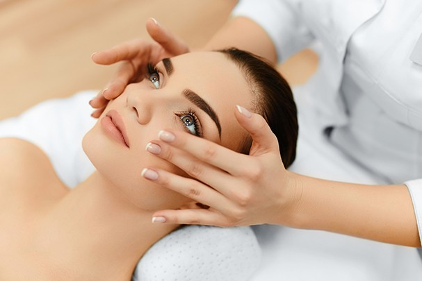Skin And Body Care. Close-up Of A Young Woman Getting Spa Treatment At Beauty Salon. Spa Face Massage. Facial Beauty Treatment. Spa Salon. (Foto: Getty Images/iStockphoto)