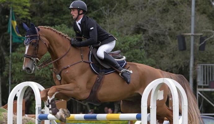 Cavaleiro vencedor durante salto na prova (Foto: Itamar Aguiar/The Best Jump)
