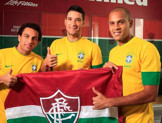 Wellington Nem, Thiago Neves e Carlinhos do Fluminense com a camisa da seleção (Foto: Nelson Perez / Fluminense. F.C.)
