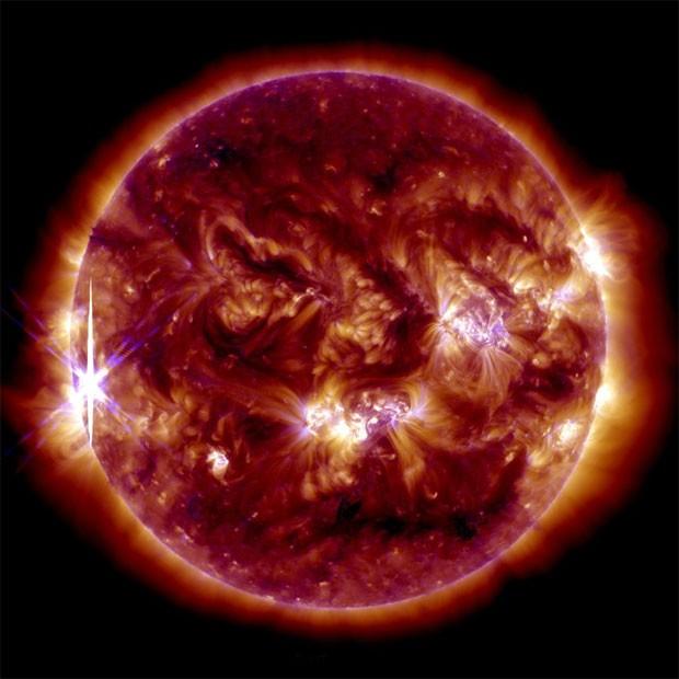 Imagem mostra a segunda erupção ocorrida nesta sexta, no lado direito inferior do disco solar (Foto: Nasa)