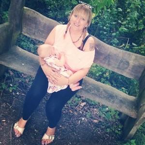 Natasha amamenta Olive (Foto: Reprodução / Facebook)