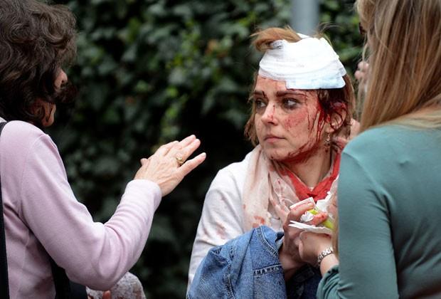 Mulher ficou ferida em explosão de prédio em Praga nesta segunda-feira (29) (Foto: Michal Cizek/AFP)