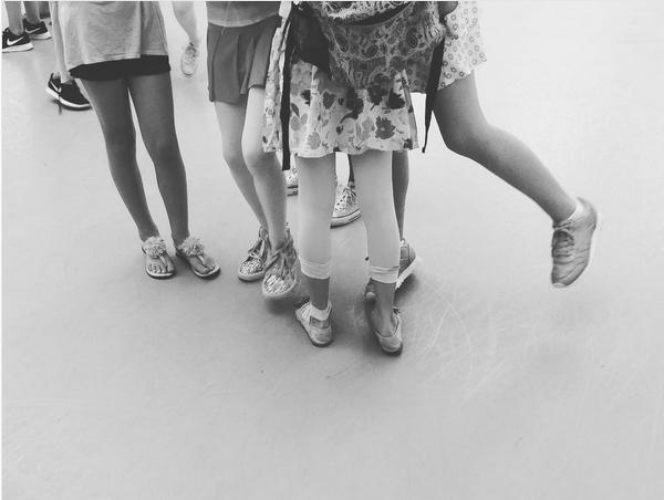 A jovem Suri Cruise com amigas em foto compartilhada por Katie Holmes (Foto: Instagram)