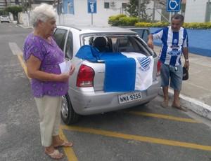 Idosos tem carro apedrejado em Maceió (Foto: Leonardo Freire/GLOBOESPORTE.COM)