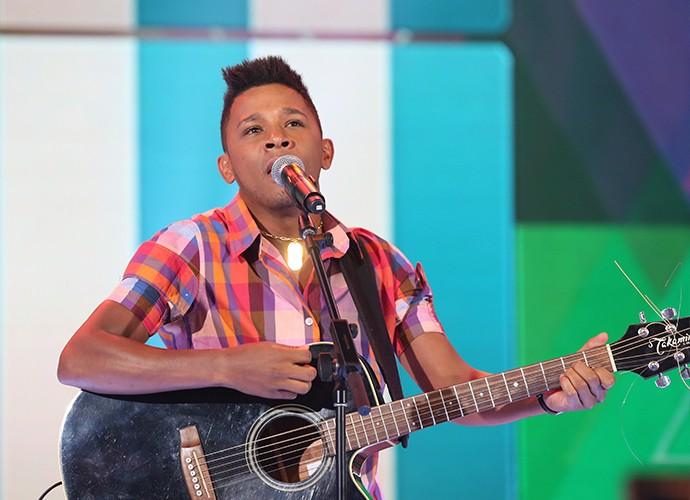 Leandro Maia repete vozes de grandes astros da música (Foto: Carol Caminha / Gshow)