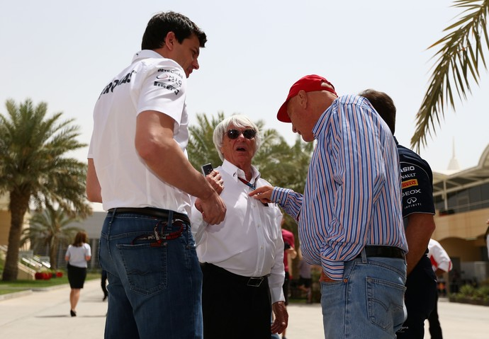 Bernie Ecclestone, entre Toto Wolff e Niki Lauda, no GP do Bahrein (Foto: Getty Images)