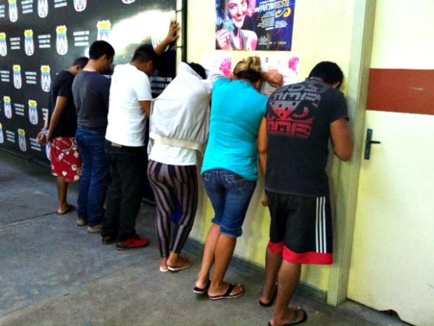 Presos estão sendo encaminhado à sede da Delegacia Geral  (Foto: Adneison Severiano/ G1 AM)
