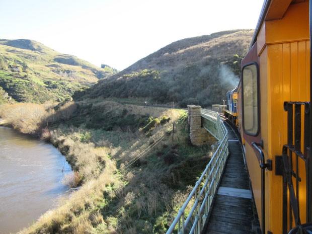 Viagem passa por pontes e viadutos de ferro construídos há mais de 100 anos (Foto: Juliana Cardilli/G1)