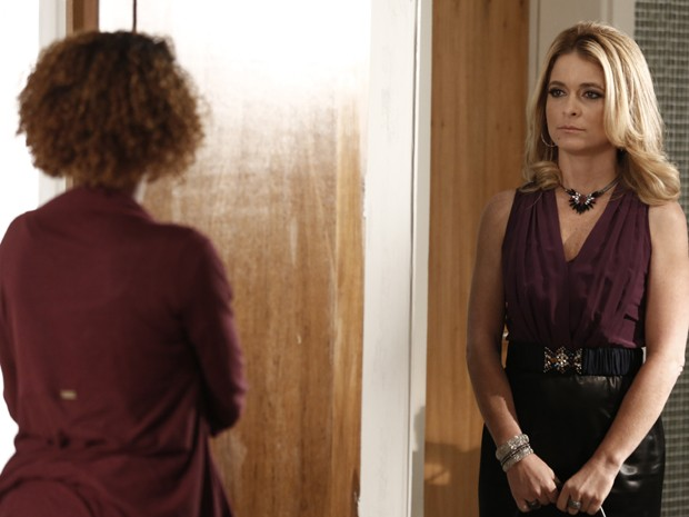 Pamela vai atrás de Verônica e alfineta jornalista (Foto: Inácio Moraes/TV Globo)