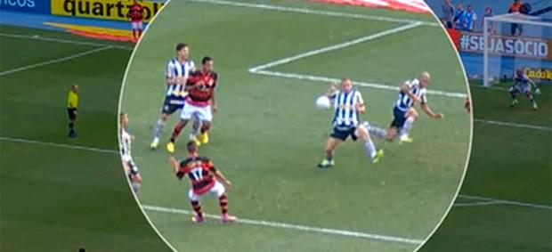 FRAME bola na mão de Marcelo Mattos lance Flamengo x Botafogo (Foto: Reprodução)