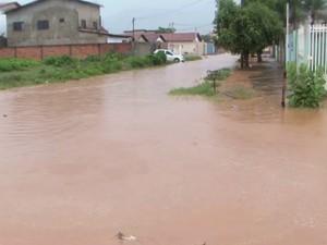 Diversas ruas ficaram alagadas na cidade (Foto: Reprodução/TV oeste)