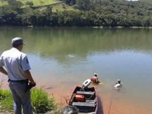 Corpo de Bombeiros faz busca por corpo de pessoas desaparecidas em represa (Foto: Filipe Gonçalves/ TV Vanguarda)