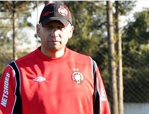 Omar Feitosa, auxiliar do Atlético-PR, no CT (Foto: Gustavo Oliveira/Site oficial do Atlético-PR)