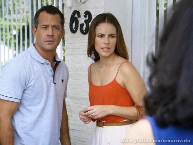 Paloma e Bruno encontram a vizinha de Mariah na porta da casa dela... (Foto: Amor à Vida / TV Globo)