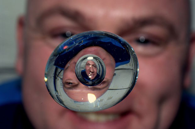 O astronauta americano Andr&#233; Kuipers, em autorretrato que se aproveitou da aus&#234;ncia de gravidade (Foto: AP/Andr&#233; Kuipers/Nasa)