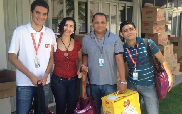 A gerente de administração Jane Viana entregando o Kit natalino para os repórteres do G1 e Globoesporte.com (Foto: Celso Kato/Home Amapá)
