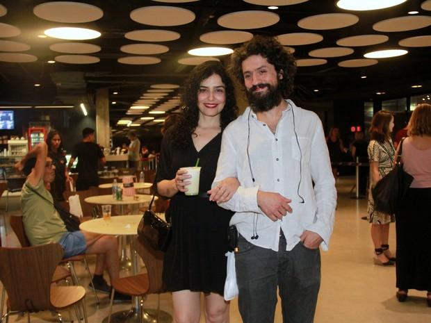 Letícia Sabatella e o marido, Fernando Alves Pinto, em pré-estreia de filme no Rio (Foto: Graça Paes/ Brazil News)