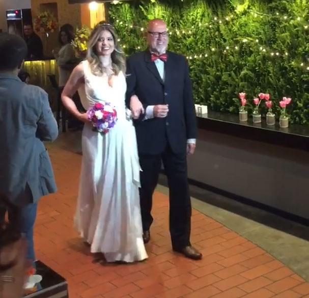 Emocionada, Mariana entra com o pai na igreja (Foto: Reprodução/Facebook)