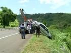 Carro cai em ribanceira e motorista sai ileso em Levy Gasparian, RJ