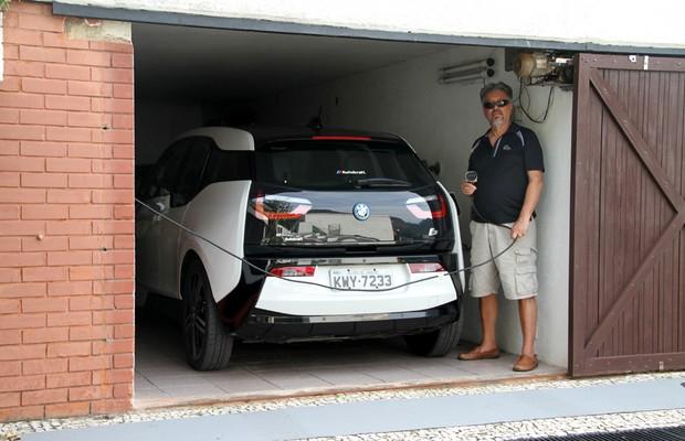 Aureliano é autoentusiasta e adora seu BMW i3 (Foto: Jason Vogel/Jornal O Globo)