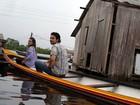 Sérgio Marone e Monique Alfradique trafegam por rio para divulgar o 'Dança'