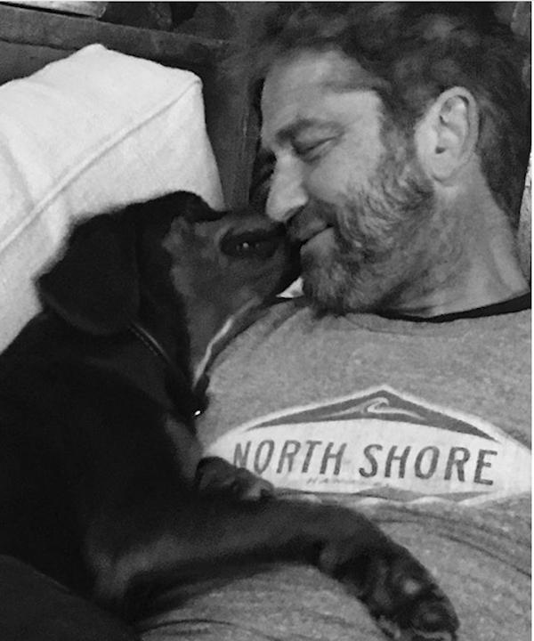 O ator Gerard Butler e sua cachorrinha (Foto: Instagram)