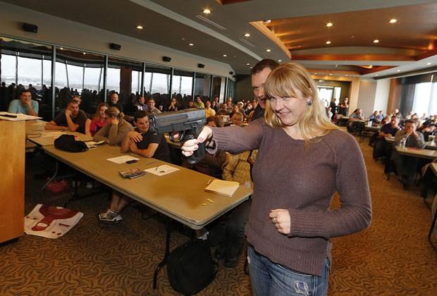 Professora recebe treinamento para usar armas em Utah, nos EUA (Foto: AFP)