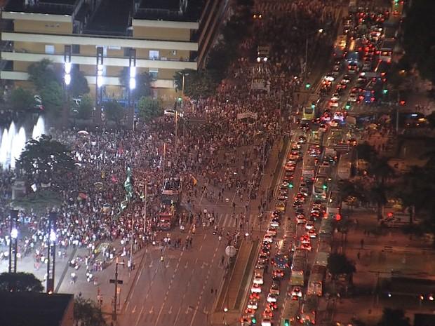 Ato pró-governo Dilma chega a Praça da Estação, em Belo Horizonte. Concentração foi na Praça Afonso Arinos e passou pela Praça Sete (Foto: Reprodução/TV Globo)