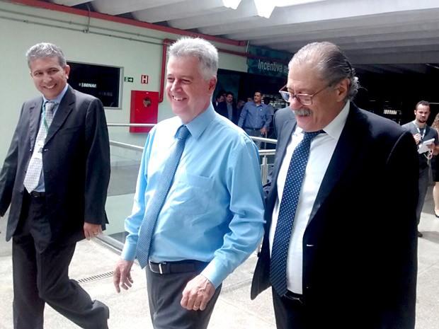 O governador Rodrigo Rollemberg (ao centro) durante visita ao Senai de Taguatinga (Foto: Isabella Calzolari/G1)