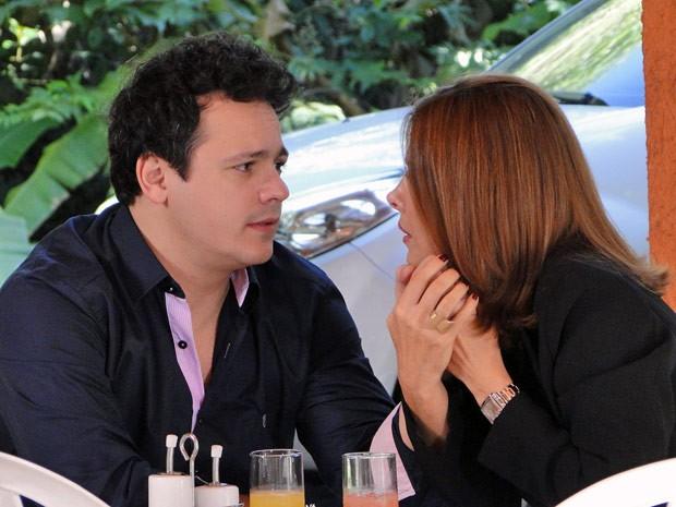 Carmem e Fabiano saem à procura do filho e quase se beijam (Foto: Malhação / Tv Globo)