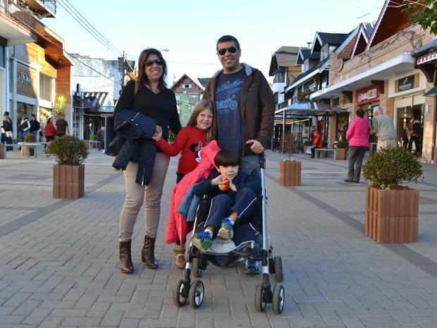 Pessoas que amam frio - Priscila Arce Vieira Perez com a família - página especial de inverno Campos do Jordão (Foto: Filipe Rodrigues/G1)