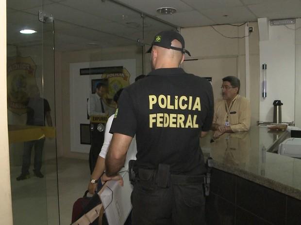 Policial federal conduz detidos na Operação Lignum, realizada nesta quarta-feira (9), no MA (Foto: Reprodução/TV Mirante)