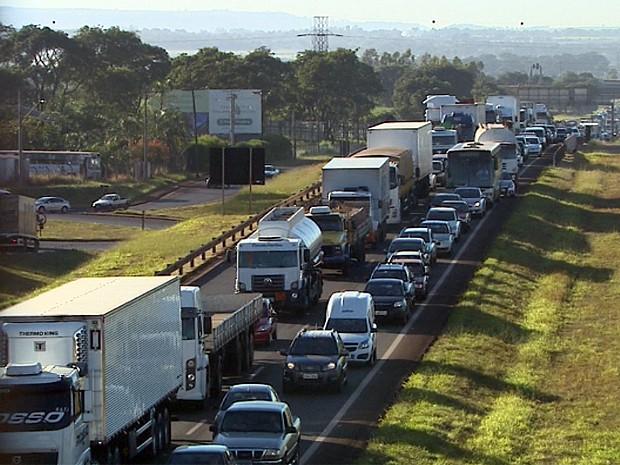 Rodovia Anhangeura registrou cinco quilômetros de congestionamento após acidente entre moto e dois caminhões em Ribeirão Preto (Foto: Paulo Souza/EPTV)