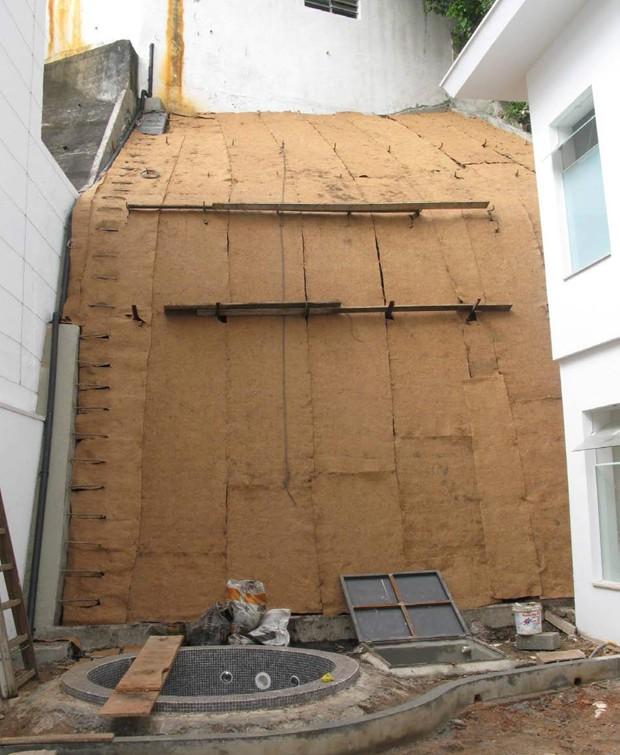 Em seguida, Gabriela preencheu os nichos com terra e fechou os espaços com placas de fibra de coco (Foto: Casa e Jardim)