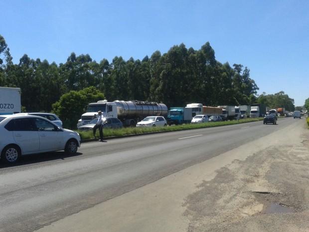 Caminhoneiros protestam em estradas estaduais e federais (Foto: Zete Padilha/RBS TV)