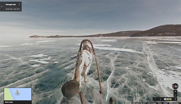 Trenó conduzido por cavalo pelo congelado lago Khuvsgul, na Mongólia, o segundo maior da Ásia, para captar imagens para o serviço Street View, do Google. (Foto: Divulgação/Google)