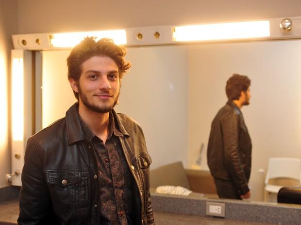 Chay Suede se prepara para o Programa do Jô (Foto: TV Globo/Programa do Jô)