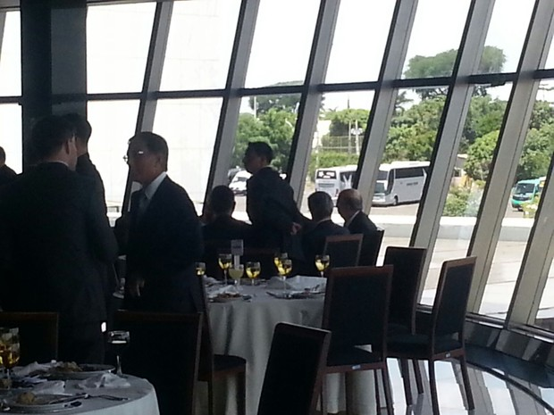 Joaquim Levy e Henrique Meirelles almoçam sentados na mesma mesa, durante evento da CNI (Foto: Alexandro Martello/G1)
