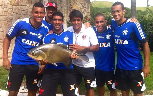 Jogadores do Flamengo pescam em Pinheiral (Foto: Divulgação / Fair Play)