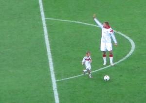 Podolski e filho gramado maracanã (Foto: Gustavo Rotstein)