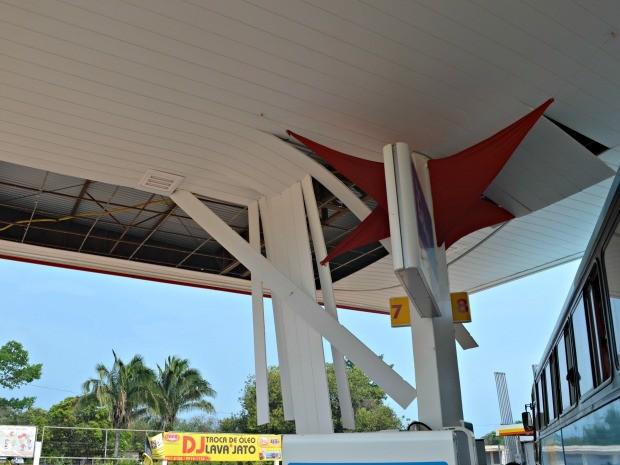 Forro do posto de gasolina caiu durante ventania (Foto: Denis Henrique/G1)