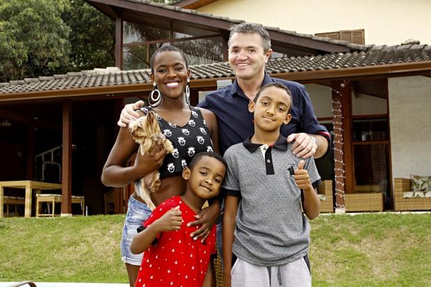 Angélica Ramos com os filhos e o namorado, Laurent Mougeot (Foto: Celso Tavares/EGO)