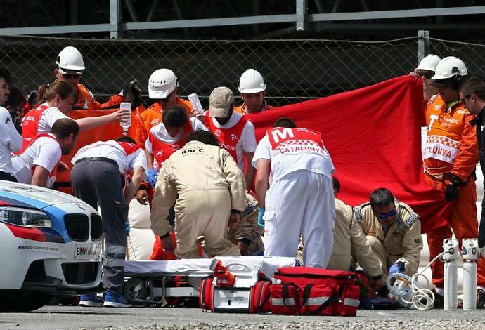 Luis Salom sofre grave queda em Barcelona e é atendido por equipe médica na pista (Foto: EFE)