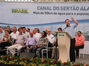 Governador Renan Filho pediu à presidente verba para tocar 5º trecho do Canal do Sertão (Foto: Waldson Costa/G1)
