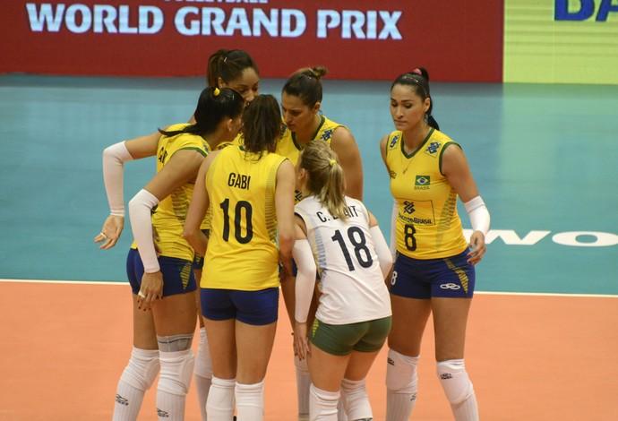 Jogadoras da seleção brasileira de vôlei comemoram ponto no jogo contra a Alemanha pelo Grand Prix, em São Paulo, Brasil (Foto: Divulgação/FIVB)