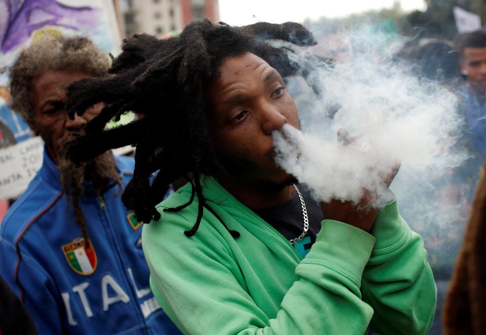 Homem exala fumaça de maconha, conhecida localmente como dagga, durante marcha na Cidade do Cabo, África do Sul (Foto:  REUTERS/Mike Hutchings)