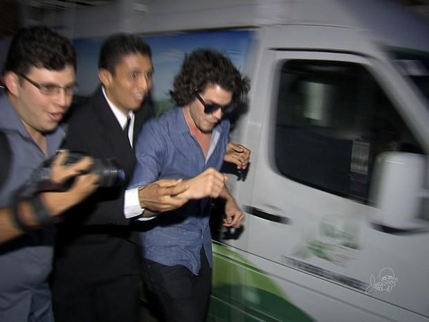 Cantor teve que ser escoltado para tentar driblar 'ataque' de fãs (Foto: TV Verdes Mares/Reprodução)