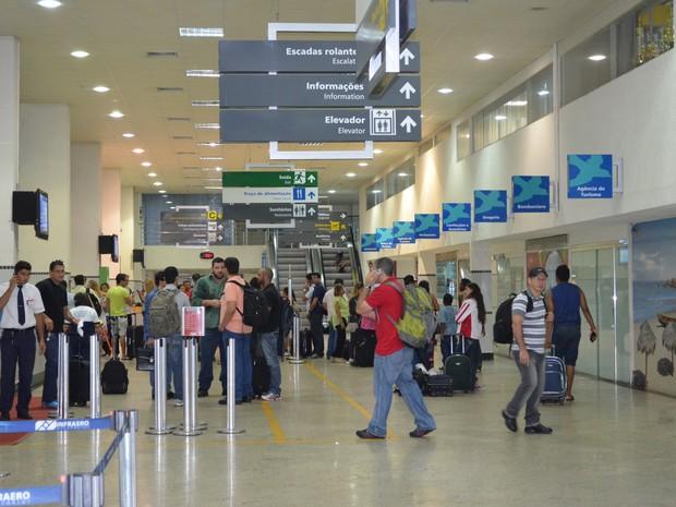 Passageiros no saguão do Aeroporto Internacional de Boa Vista aguardando embarque (Foto: Vanessa Lima)