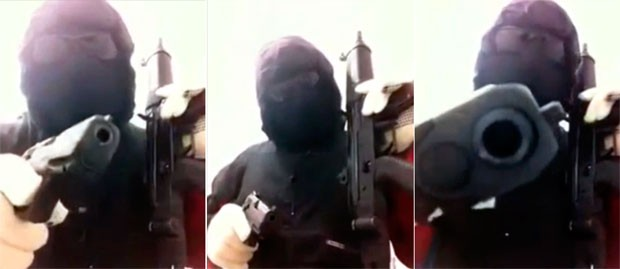 Vídeo mostra homem encapuzado e de óculos escuros segurando um fuzil em uma das mãos e uma pistola na outra (Foto: Divulgação/Polícia Civil do RN)